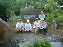 農大100周年記念碑周辺の除草作業が行われました。