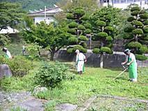 百周年記念碑周辺の除草と清掃を行いました